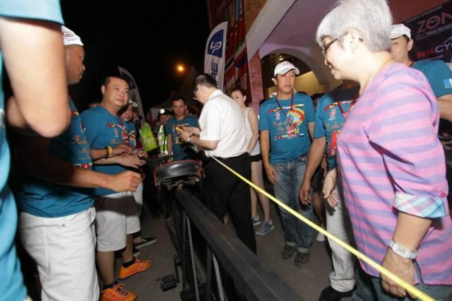 YAB Lim Gaung Eng And YB Chong Eng measuring the extra long bicycle